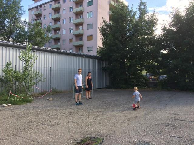 Fußballspielen auf dem Parkplatz der Helmut-List-Halle